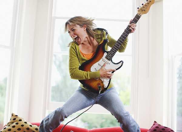 Игра на гитаре в квартире