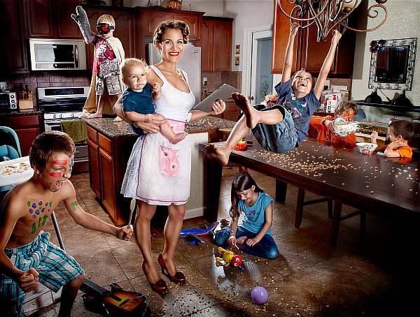 Дети играют на кухне