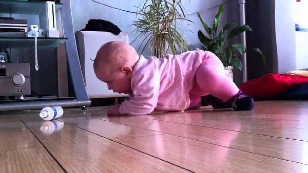 Ребенок стучит ногами